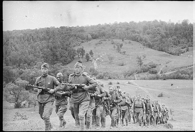 Пехота на марше в горах. 2-й Украинский фронт.