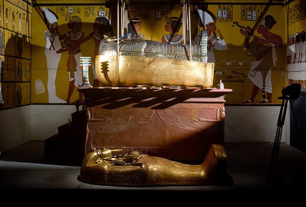 Фараон Тутанхамон умер совсем молодым и не успел подготовить себе усыпальницу. Похороны властителя проходили в спешке, краска на стенах гробницы не успела высохнуть, из-за чего стала идеальной средой обитания для бактерий. В 2015 году гробница была закрыта на реставрацию, а для туристов построили точную копию.