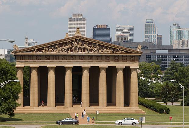 Одна из самых известных реплик Америки — фейковый Парфенон в Нэшвилле. Он является точной копией храма богини мудрости Афины на Акрополе, но сделан из бетона и демонстрирует первоначальный облик Парфенона.