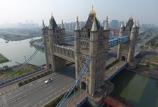 Этот Тауэрский мост расположен в Сучжоу. Ширина сооружения составляет 45,9 метра, а высота башен — 40 метров. В отличие от лондонского, у китайского моста целых четыре башни— вдвое больше, чем у оригинального.
