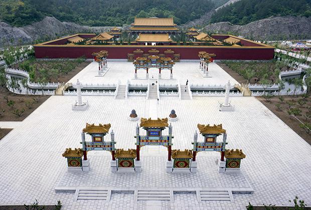Китайцы создают реплики даже собственных архитектурных шедевров. Так, в провинции Чжэцзян появилась копия пекинского Старого летнего дворца. Ее появление вызвало вопросы даже у китайцев, зато теперь жителям богатого южного побережья КНР не надо ехать в Пекин, чтобы прикоснуться к истории.