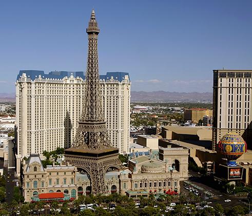 В Лас-Вегасе есть, кажется, все, включая копию Эйфелевой башни в масштабе 1:2.Несмотря на меньшие, чем у оригинала, размеры американская башня щеголяет лифтом, смотровой площадкой и рестораном. Башня является частью комплекса отеля и казино Paris.