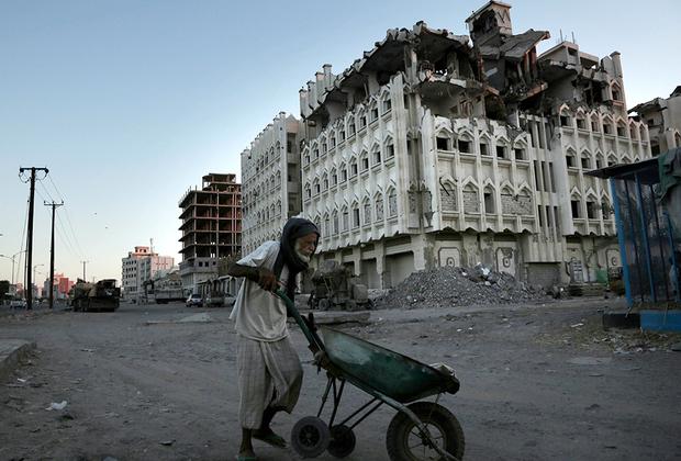 Суннит Хади вступил в сговор с шиитами-хуситами. Узнав об этом, Саудовская Аравия побоялась, что власть в Йемене возьмут шииты, и он попадет под влияние Ирана. 26 марта 2015 года в страну вторглись собственно Саудовская Аравия, ОАЭ, Бахрейн, Кувейт, Катар, Иордания, Марокко, Египет и Судан.