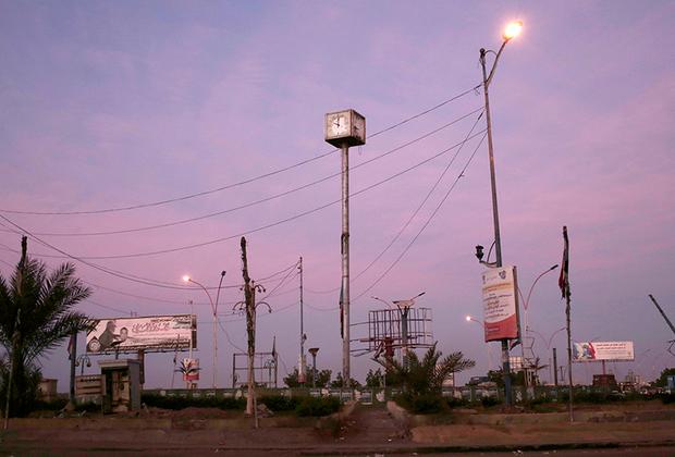 Правительство Хади сбежало в Аден, а оттуда в саудовскую столицу — Эр-Рияд. Аден стал столицей признанного правительства лишь формально.