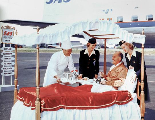 Время, когда коммерческие перелеты только начали осуществляться, считается золотым веком авиации: гламурные стюардессы, энергичные и вежливые пассажиры, отсутствие авиадебоширов и первоклассное обслуживание. В 1950-х путешественники даже и подумать не могли об эконом- или бизнес-классе. Тогда существовал только один класс на всех — роскошный.   На ночных рейсах пассажиру могли выделить персональную кровать и подать завтрак в постель. А некоторые салоны украшались картинами.