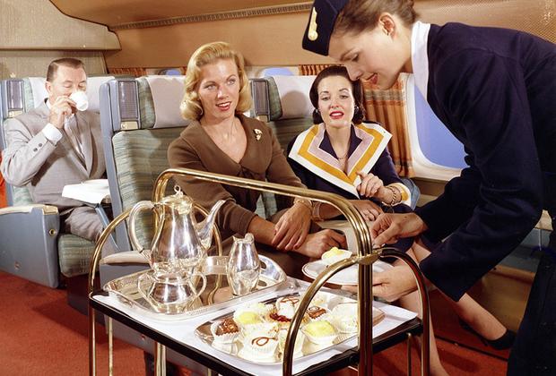 После полудня пассажирам подавали чай со всевозможными сладостями, от булочек до джемов. В конце перелета — шампанское и канапе. По словам стюардесс, людям не нужны были фильмы и музыка — они были слишком заняты едой.
