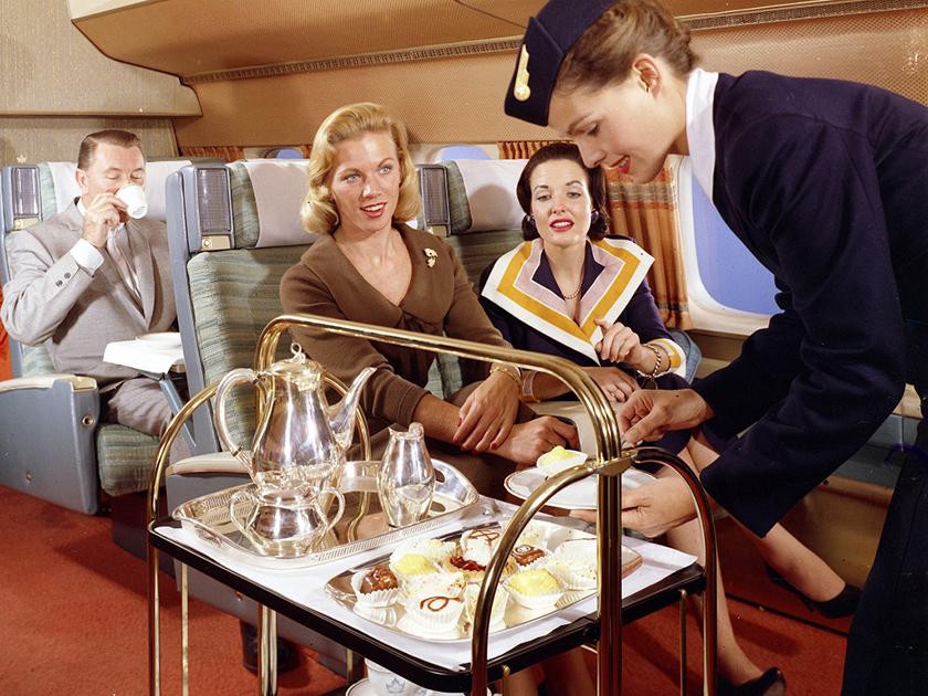 Стюардесса авиакомпании SAS разносит пирожные