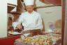 Обед путешественникам прямо в небе готовил настоящий шеф-повар, а вино подавал сомелье.