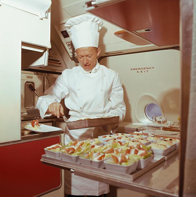 Шеф-повар готовит обед в самолете