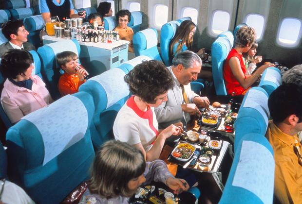 В 1960-х годах появился экономкласс, но на качество обслуживания это не повлияло: в типичный обед входили креветки, копченый лосось и вино на выбор.