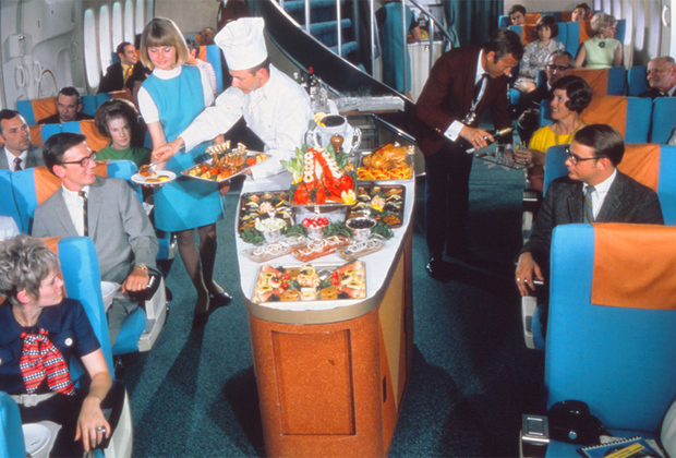 В 1950-х вы бы не увидели тесного прохода, по которому бортпроводник везет на тележке дешевый сок и контейнеры с полуфабрикатами. Тогда шеф-повар выкатывал на огромном подносе тарелку с лобстерами, морепродуктами и говяжьей вырезкой, а в качестве закуски пассажирам предлагались свежие фрукты и ягоды.