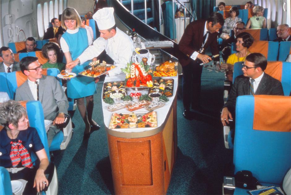 Шеф-повар подает пассажирам морепродукты