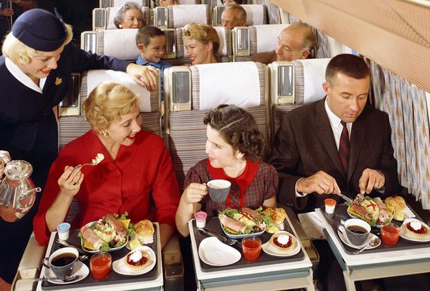 Места на борту было гораздо больше, так как, согласно прежним стандартам, расстояние между креслами составляло 86 сантиметров. Пассажиры могли поиграть на столике в карты, шахматы, разложить газетку и спокойно вытянуть ноги.  В современных же самолетах придется согнуть коленки и потесниться, ведь по нынешним нормам дистанция между креслами должна быть не более 78 сантиметров.