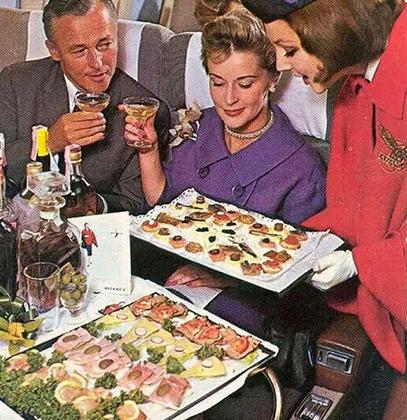 """«На борту был хрусталь, фарфор и серебро. Пассажирам подавалось крепленое вино """"Мадера"""" и кофе, а также коктейли и ланч из нескольких блюд», — рассказала стюардесса Барбара Халберт, которая работала в British Overseas Airways Corporation, предшественнице British Airways."""