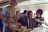Футболки, спортивные штаны, шорты, толстовки и худи с капюшоном — привычный аутфит современного путешественника. Раньше все было по-другому: пассажиры надевали в самолет самые роскошные наряды. Мужчины надевали костюмы-тройки, а женщины— высокие каблуки, красивые платья и украшения: перелет приравнивался к празднику.