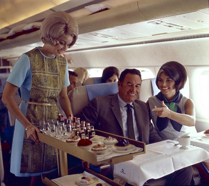 Пассажиры и стюардесса на борту авиакомпании Delta Airlines