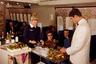 Авиалайнеры напоминали шикарные рестораны, где бортпроводники в белых костюмах с черными галстуками преподносили путешественникам изысканные блюда.   Стюардесс принимали на работу, строго оценивая их внешний вид. Они всегда выглядели безупречно и были похожи на кинозвезд. Авиакомпании даже учитывали их вес и семейное положение: пассажиров могли обслуживать только одинокие девушки.