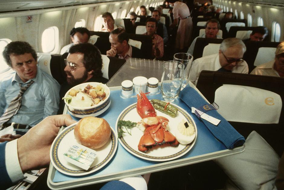 Типичный обед на борту — лобстер и спаржа