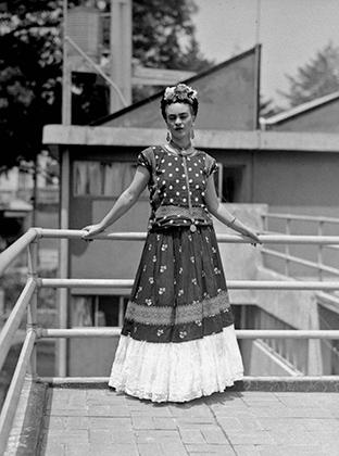 Фрида Кало на террасе своего дома в Мехико, 1939 год