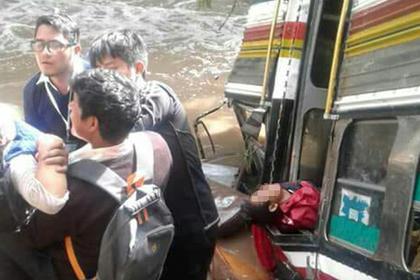 Автобус с 55 студентами упал в пропасть