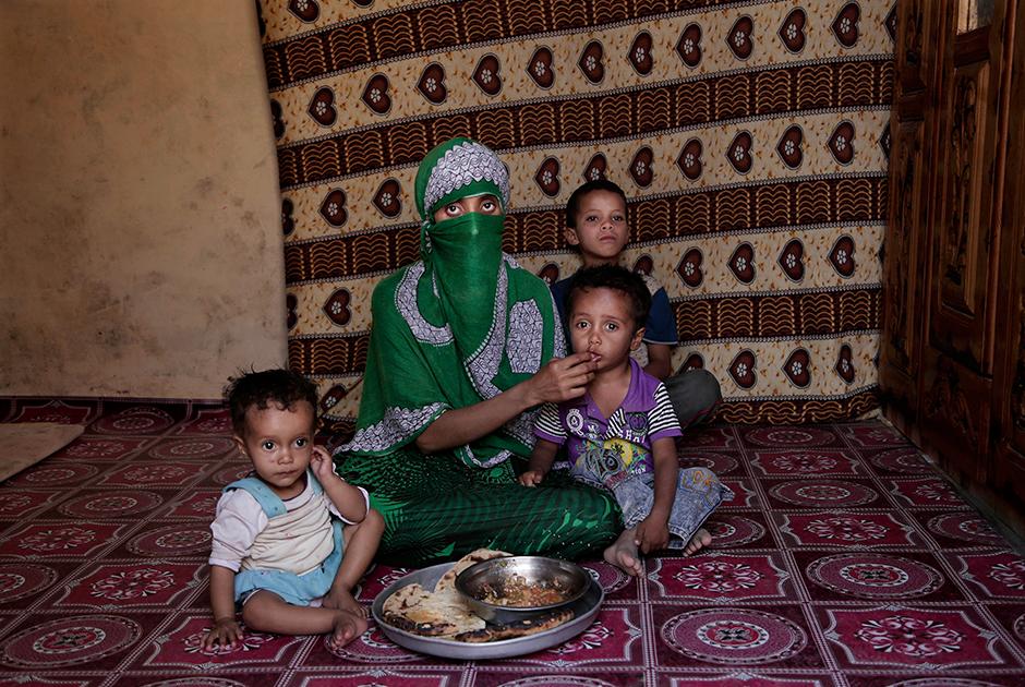 Местная жительница Шерин кормит детей хлебом, вымоченным в томатном соусе с чесноком. Ее годовалая дочь из-за недоедания не может стоять на ногах. Трехлетний сын сейчас здоров, однако в младенчестве тоже страдал от недостатка пищи.