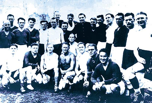 Футболисты «Старта» (в темной форме) и FLAKELF перед матчем 6 августа 1942 года. На фото все выглядят достаточно миролюбиво