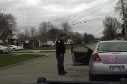 Полицейский решил спасти дочь от чернокожего парня-сутенера и лишился работы