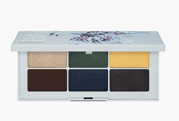 Любимый дизайнер герцогини Кембриджской Кейт Эрдем Моралиоглу и его бренд Erdem выпустили совместную коллекцию с косметической маркой Nars. Набор теней называется «Странные цветы» и отличается несколько странными для макияжа глаз цветами, например, любимыми Эрдемом коричневым и темно-зеленым.
