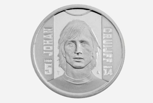 В 2017 году в Нидерландах в оборот запустили монету номиналом 5 евро с изображением одного из лучших футболистов XX столетия и тренера национальной сборной, трехкратного обладателя «Золотого мяча» Йохана Кройфа. За свою карьеру знаменитый спортсмен сыграл 752 матча и забил 425 мячей.