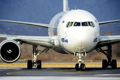 Самолет с болельщиками приземлился в Сибири с дымящимся двигателем