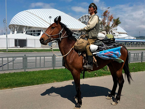 Китаец Цзин Ли на своем коне
