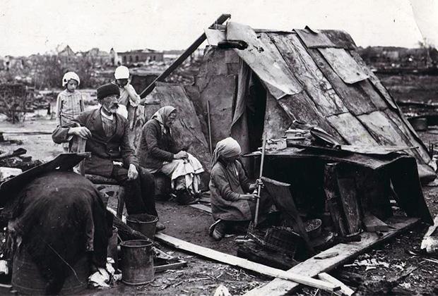 Жители Ярославля на руинах своих домов. 1918 год