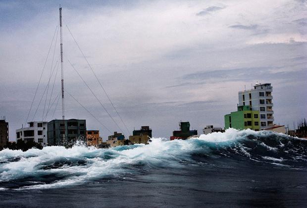 Фотографы NOOR вместе работают над масштабным проектом «Изменение климата — последствия». Это одна из фотографий в рамках совместного труда. На ней — столица Мальдив, город Мале, которому, как и всему государству, грозит исчезновение. Дело в том, что большая часть островов, входящих в состав государства, находится лишь в метре над уровнем моря. Для защиты от накатов волн и наводнений Мале окружили  массивной бетонной барьерной системой, воздвигнутой японцами. Ограждение простирается на шесть километров в длину и 3,5 метра в высоту. Общая стоимость такой защитной системы составила 60 миллионов долларов.