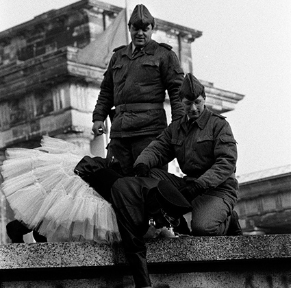 Дань памяти Стэнли Грину, американскому фотожурналисту, участвовавшему в создании NOOR. 19 мая 2017 года он умер от рака печени. Ему было 68 лет.  <br> <br>  Грин — автор знаковых кадров, снятых во время важнейших событий в Германии и России, войн в Ираке, Ливане, Сомали, Кашмире, Боснии и Герцеговине, Хорватии, а также на территории Грузии и Азербайджана. Он рассказывал о геноциде в Руанде и последствиях Катрины на побережье Мексиканского залива.  <br> <br>  Грина едва не убили в Москве во время октябрьского путча. Он был единственным западным журналистом в Белом доме, когда здание обстреливали из танков. В 1994 году Грин поехал снимать в Чечню, охваченную войной. Впоследствии о работе в Чечне он выпустил книгу «Открытая рана».  <br> <br>  На снимке под названием  Kisses to all, the Berlin Wall — Берлинская стена незадолго до своего падения в ноябре 1989 года.