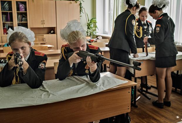 Российский фотограф Юрий Козырев изучил поколение, чья жизнь пришлась на президентство Владимира Путина. Козырев наблюдал за ними в школах, на танцах, в клубах, на улицах, за городом, в Грозном и в Москве. Несмотря на то что дети, родившиеся при Путине, значительно отличаются друг от друга, их объединяет одно — у них не останется воспоминаний о других политических лидерах, кроме как о Путине, который находится у власти более 17 лет. Журналист Time Саймон Шустер назвал это поколение «детьми Путина».  <br> <br>  На фото — учащиеся кадетского училища в Москве.