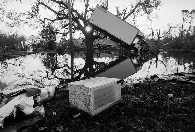 Последствия урагана Катрина, обрушившегося на Новый Орлеан 29 августа 2005 года. Стихийное бедствие в Новом Орлеане стало одной из самых разрушительных природных катастроф в истории США, в результате которой погибли 1,6 тысячи человек. Мощная буря спровоцировала огромную волну, которая прорвала дамбы и затопила город.   <br> <br>  Катастрофа обернулась колоссальным гуманитарным кризисом, сравнимым с Великой депрессией. По некоторым оценкам, экономический ущерб составил около 125 миллиардов долларов. Миллионы человек были вынуждены покинуть жилища.  Половина населения Нового Орлеана никогда не сможет вернуться к себе домой.
