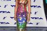 Участница музыкальной группы Spice Girls Мелани Браун, более известная как Mel B, в прошлом году пришла на церемонию вручения MTV Video Music Awards в наряде со словами, адресованными бывшему мужу Стивену Белафонте. «Я никогда не буду твоей», — говорилось на расшитом цветными сверкающими пайетками платье. На тот момент пара переживала тяжелую процедуру развода.