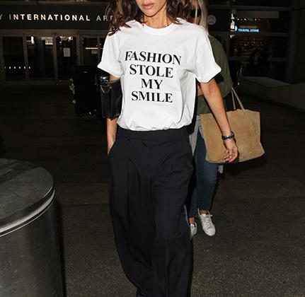 Поклонники часто критикуют Викторию Бэкхем за угрюмое лицо на фотографиях. Бизнесвумен решила раскрыть причины своей печали в надписи на футболке из коллекции своего бренда Victoria Beckham. «Мода украла мою улыбку», — объяснила она.