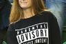 Черно-белый знак Parental advisory на обложках музыкальных альбомов означает, что композиции содержат ненормативную лексику или тексты непристойного характера. В черном лонгсливе с таким предупреждением на груди Ким Сирс в 2015 году пришла на матч своего мужа— теннисиста Энди Маррея.