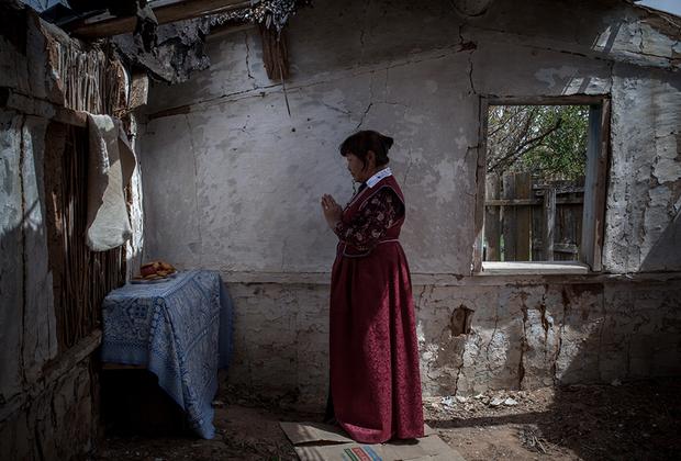Во дворе семья гелюнга возвела ему памятник, который станет молельным местом для жителей поселка Буруны в Астраханской области (до 1943 года поселок входил в состав Калмыкии).