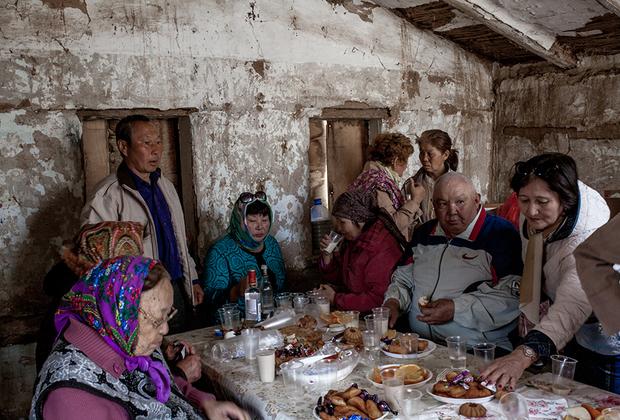 Верующие калмыки приходят молиться не только в хурулы. Часто молельными местами становятся сооружения, посвященные гелюнгам.