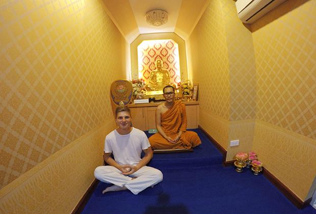 Учитель в храме Камбоджи
