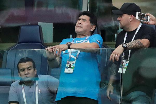 Диего Марадона (в центре)