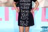 В 2017 году американская актриса Катрин Хавари пришла на премьеру сериала «Большая маленькая ложь» в черном платье-футболке с политическим посылом. «Моя иранская мать-иммигрантка учит ваших детей читать», — заявила Хавари, явно адресуя слова Дональду Трампу и его миграционной политике.