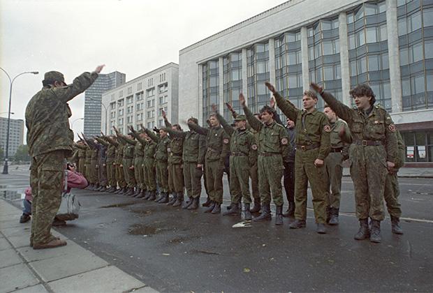Члены движения «Русское национальное единство» у Дома Советов РФ