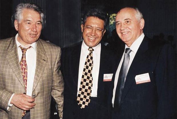 Слева - направо: Чингиз Айтматов, Зульфю Ливанели и Михаил Горбачев