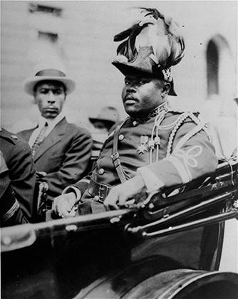 Создатель растафарианства Маркус Гарви любил несколько старомодную европейскую одежду. В таком виде сэр Маркус, как его называли последователи, явился в августе 1922 года на Конвенцию негритянских народов, которая проходила в Гарлеме, Нью-Йорк.