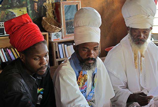 Это вовсе не мусульманские имамы Сенегала или Северной Нигерии, а растафарианские священники Бобо Ашанти в Булл-Бэй на Ямайке. Тюрбан и борода — обязательные атрибуты внешнего вида Ашанти.
