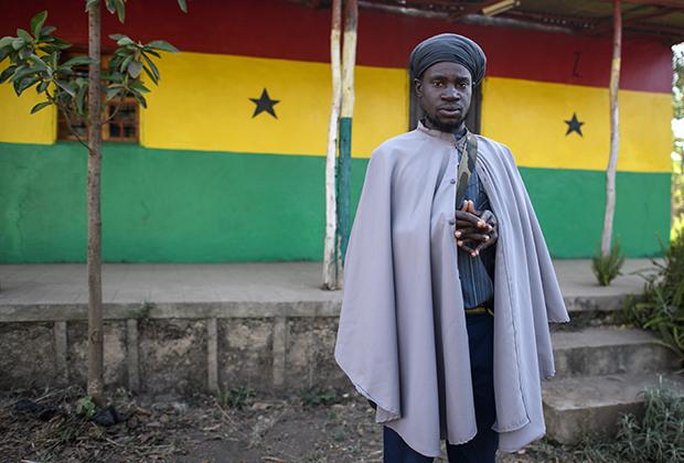 Бобо Ашанти не только самое консервативное и аскетичное направление в растафарианстве, но и самое активное. Этот священник по имени Чарли родился на острове Гваделупа, который является заморским департаментом Франции, но служит в церкви Ашанти в Эфиопии. Его тюрбан больше напоминает традиционные мусульманские тюрбаны, нежели типичный головной убор Бобо Ашанти.