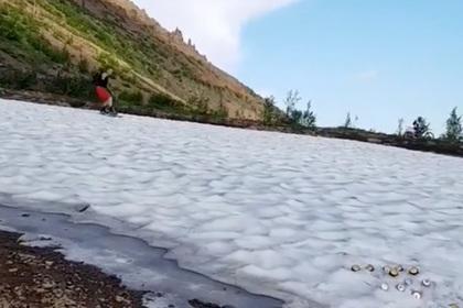 Сноубордист опробовал снежный склон под Норильском в июне